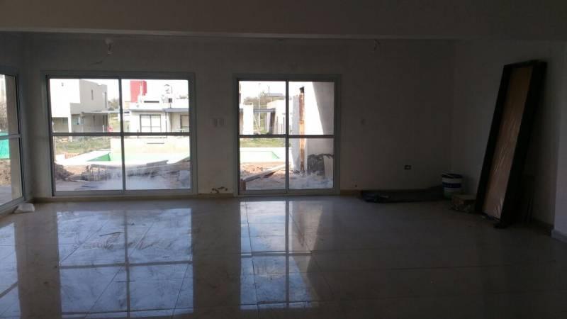 EN VENTA, Dúplex 3 dormitorios Villa Catalina barrio con seguridad